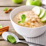 Apfel-Zimt-Porridge in einer Schale