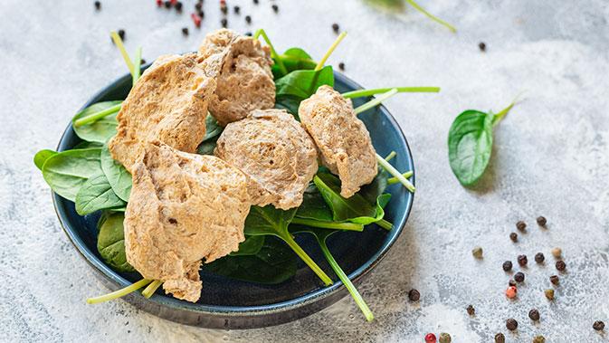Sojafleisch auf Blattsalat