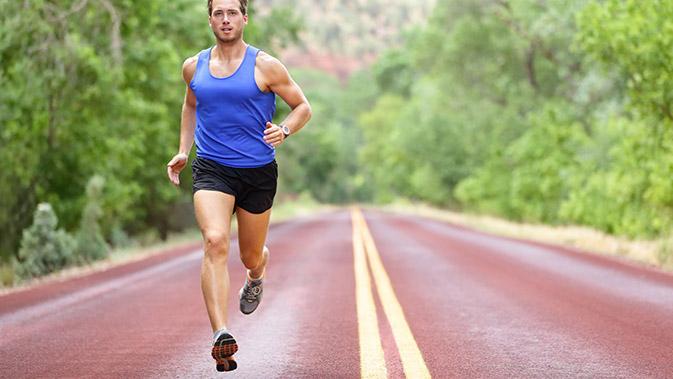 Sportlicher Mann läuft auf einer Tartanbahn
