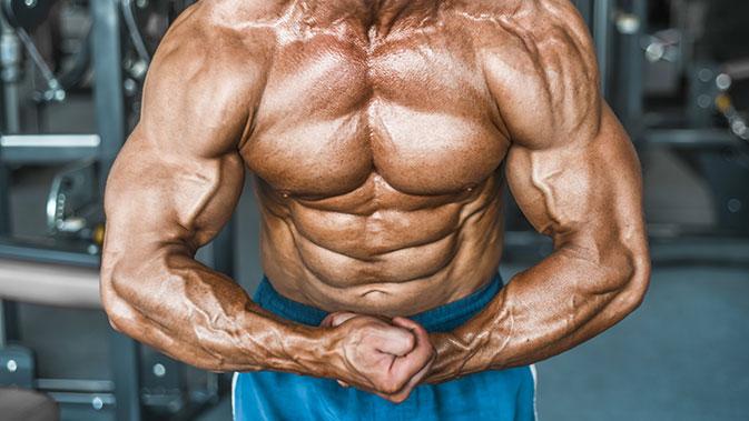 Trainierter Bodybuilder mit prallen Muskeln